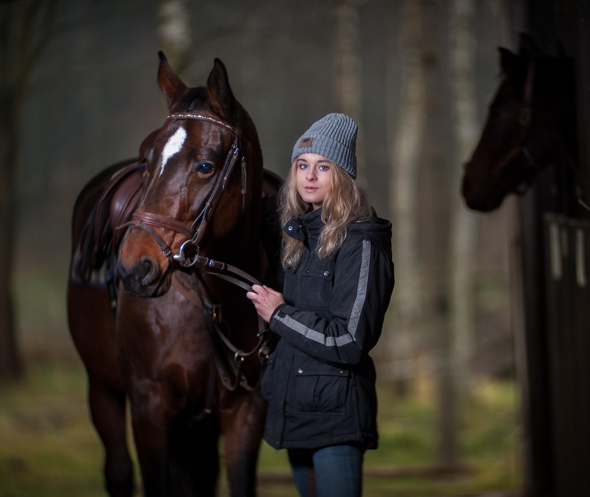 ילדה עומדת ליד סוס